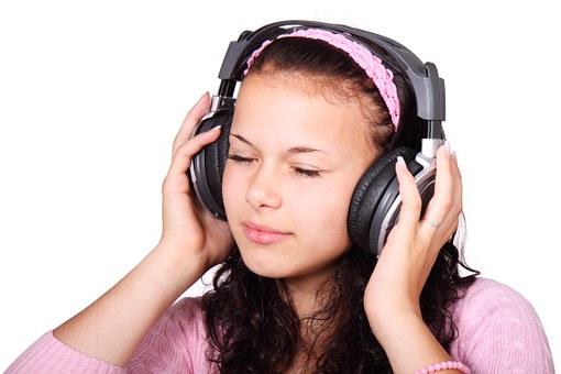 fille écouteur
